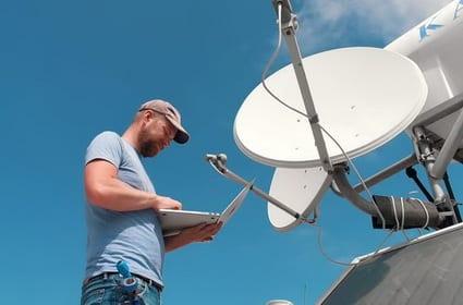 instalacja anten satelitarnych dach